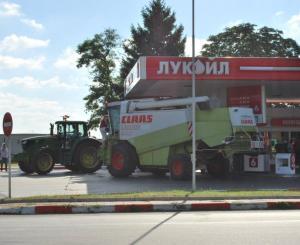 Трактори зареждат на бензиностанция в Стара Загора