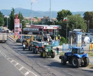 Опашка от от трактори, които искат да заредят на бензиностанция в Стара Загора