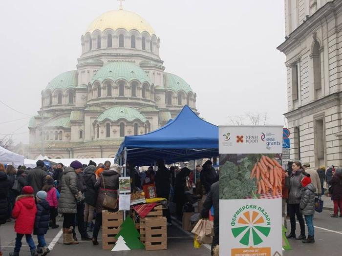 Вкусни храни от  Балкана на Коледния фермерски пазар в центъра на София