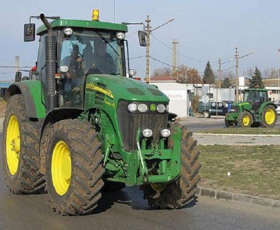 За около 10 минути десетки земеделски производители и животновъди блокираха първокласен път Е- 79